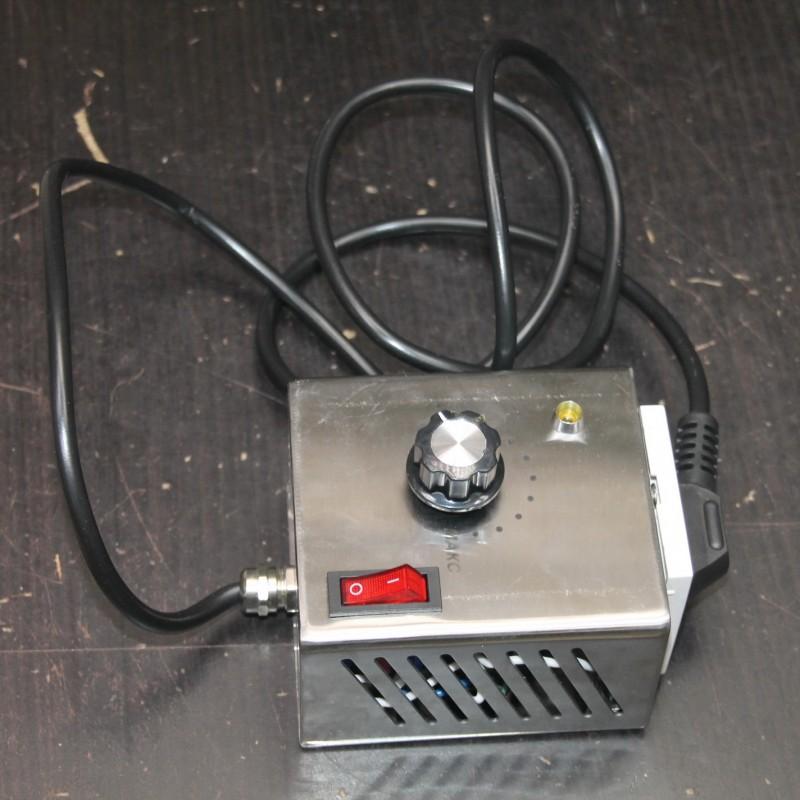 Регулятор напряжения на 2,5 кВт с вилкой и розеткой Феникс